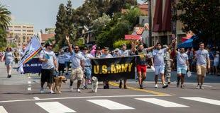 Ståtar militär San Diego LGBT stolthet för USA 2017 Arkivbild