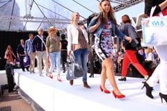 ståtar sista modeller för catwalk Royaltyfri Foto