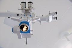 Stéréo fonctionnant un microscope Photos libres de droits