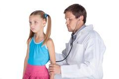 Stéthoscope écoutant le battement de coeur de la fille Images stock