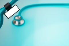 Stéthoscope avec l'étiquette d'identification sur le bleu Photo libre de droits