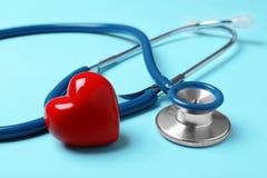 Stéthoscope avec le coeur rouge photo libre de droits