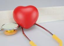 Stéthoscope avec le coeur sur le fond d'ECG Images stock