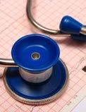 Stéthoscope avec le rapport de graphique d'électrocardiogramme Photo stock