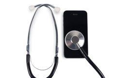 Stéthoscope avec le téléphone intelligent Photographie stock