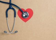 Stéthoscope bleu de vue supérieure sur le fond jaune Pour le coeur de contrôle ou le contrôle de santé vers le haut du concept images stock