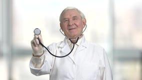 Stéthoscope d'utilisation d'homme supérieur pour vérifier votre santé, vue de face banque de vidéos