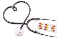 Stéthoscope dans la forme du coeur, pilules Photos libres de droits