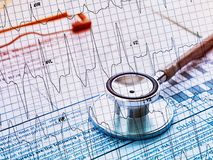 Stéthoscope de double exposition avec le coeur d'ECG Images libres de droits