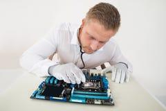 Stéthoscope de With Motherboard And de technicien photo libre de droits