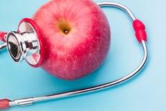 Stéthoscope de soins de santé et de médecine et symbole rouge de coeur concept sain et de santé du monde d'assurance de jour Photos stock