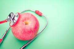 Stéthoscope de soins de santé et de médecine et symbole rouge de coeur concept sain et de santé du monde d'assurance de jour Image stock