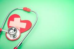 Stéthoscope de soins de santé et de médecine et symbole rouge de coeur concept sain et de santé du monde d'assurance de jour Photographie stock