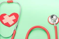 Stéthoscope de soins de santé et de médecine et symbole rouge de coeur concept sain et de santé du monde d'assurance de jour Image libre de droits