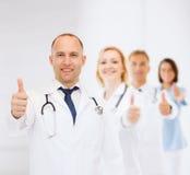 stéthoscope de sourire mâle de docteur Photographie stock libre de droits