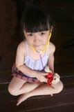 Stéthoscope de test de fille sur le crabot de jouet Image stock