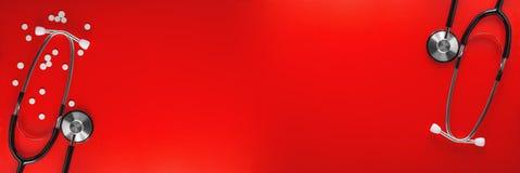 Stéthoscope deux et pilules médicaux sur le fond rouge propre Disposition pour le concepteur Photographie stock