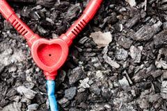 Stéthoscope en plastique de jouet sur la terre brûlée Photo stock