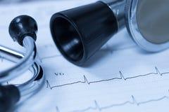 Stéthoscope et électrocardiogramme Photographie stock