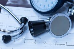 Stéthoscope et électrocardiogramme Photos stock