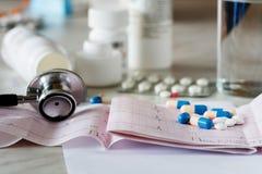 Stéthoscope et électrocardiogramme de médecine, Photographie stock