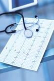 stéthoscope et électrocardiogramme sur la table du thérapeute Photo stock