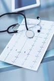 stéthoscope et électrocardiogramme sur la table du thérapeute Photos libres de droits