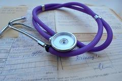 Stéthoscope et antécédents médicaux Photos stock