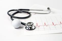 Stéthoscope et boule de golf sur le fond blanc Photographie stock libre de droits