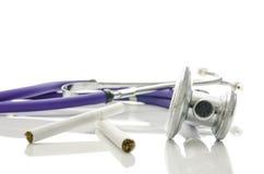 Stéthoscope et cigarettes images libres de droits
