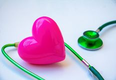 Stéthoscope et coeur rose Photos libres de droits
