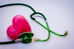 Stéthoscope et coeur rose Images stock