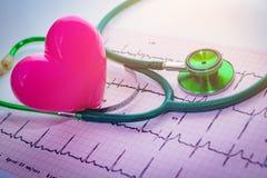 Stéthoscope et coeur rose Photographie stock libre de droits