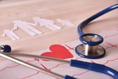 Stéthoscope et coupes-circuit d'électrocardiogramme sur la table en bois élevée Photo stock