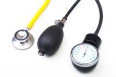 Stéthoscope et mètre médicaux de tension artérielle sur le fond blanc Soins de santé Photographie stock libre de droits