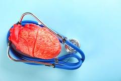 Stéthoscope et modèle de coeur sur le fond de couleur Photos stock