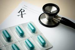 Stéthoscope et papier de prescription avec la pillule Packa photographie stock libre de droits