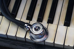 Stéthoscope et piano Photos stock