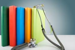 Stéthoscope et pile médicaux de livres Edu professionnel médical Photos stock