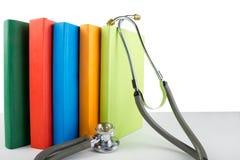 Stéthoscope et pile médicaux de livres Edu professionnel médical Image stock
