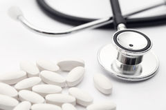 Stéthoscope et pilules photos stock