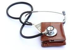 Stéthoscope et pochette d'argent comptant photo stock