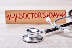 Stéthoscope et salutation pour le docteur photos stock