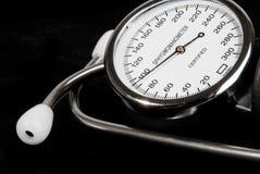 Stéthoscope et sphygmomanometer sur le noir Image stock
