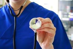 Stéthoscope femelle de fixation de docteur Photos stock