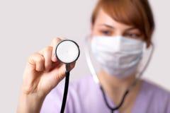 Stéthoscope femelle de fixation de docteur Photo stock