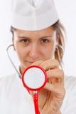 Stéthoscope femelle de fixation de docteur Photographie stock libre de droits