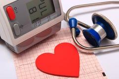 Stéthoscope, forme de coeur, moniteur de tension artérielle et électrocardiogramme Image stock