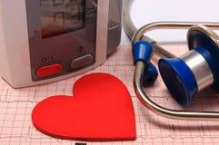 Stéthoscope, forme de coeur, moniteur de tension artérielle sur l'électrocardiogramme Image stock