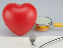 Stéthoscope médical et coeur d'isolement sur le fond blanc Photographie stock